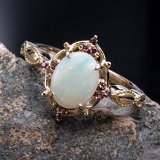 Australian Opal and ruby 18k gold ring. Gem weight 0.88 ct. Ring Size: US 6.5, France 53, China 13, diameter 16.9 mm.