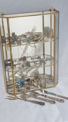 Glass cabinet/display with 85% silver object and 15 % another material total: 358 grams silver - 134 grams another