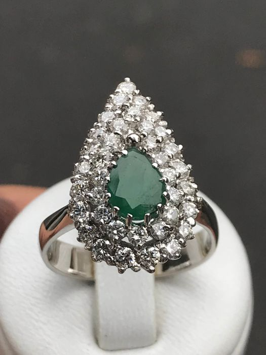 Platinum ring with emerald and Top Wesselton diamonds totalling 2.75 ct - size 60 - 19.05 mm