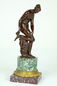 Classic bronze sculpture of a bathing lady pulling out a thorn from her foot - France - late 19th century