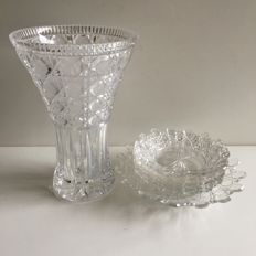 "19th century crystal vase and 7-piece cake set with crenellated edge ""Russian cut"""