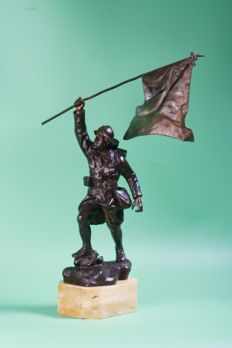 "Whole statue ""statue la vraie victoire"" zamac/bronze alloy on marble base, French soldier with flag, by F. Foucher Ca. 1914-1930"