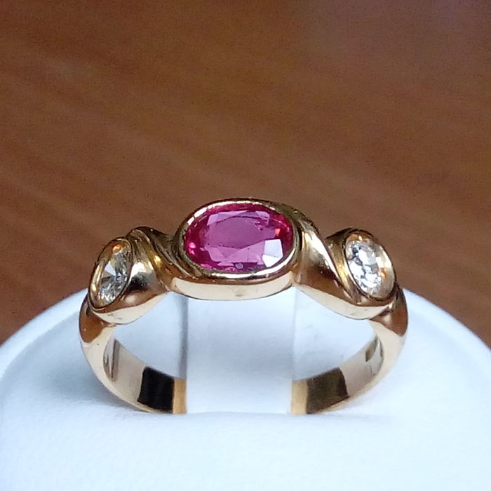 18K gold ring with ruby and 2 side diamonds