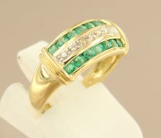 18 kt bi-colour gold ring with emerald, treated, and 3 diamonds, in total approximately 0.01 ct - size 16.5