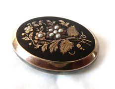 Antique 1880 gold brooch medallion pendant pearls river pearls