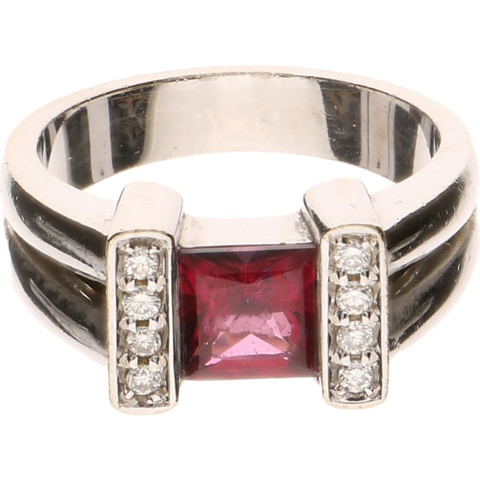 14 kt White gold ring set with a red Tourmaline and 8 brilliant cut diamonds of approx. 0.08 ct in total, Inner size 17.50 mm