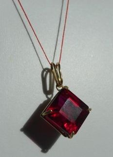 18 kt gold pendant with natural ruby of 11 ct