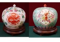 Two famille rose porcelain vases with lid on wooden plateau - China - 2nd half 20th century