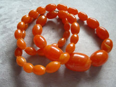 Lot 15 - Old plastic necklace with an exceptional colour