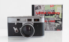 Leica collectie: metalen facsimile/replica Leica M3 (ware grootte) en Leica CD met 170 folders, brochures en specifieke Leica documentatie