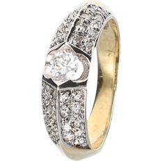 14 kt yellow gold ring set with zirconia.