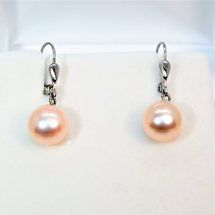 Beautiful pair of earrings in 925Silver with Freshwater pearls Ø 10x11mm