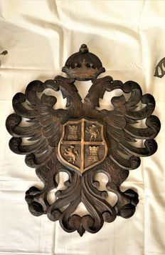 Castilië en león - wooden carving - crowned double eagle with central a coat of arms - Ca. 1910 - Spain