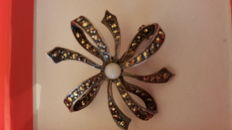 925 silver brooch, 1950s, with rose cut diamonds and central pearl.