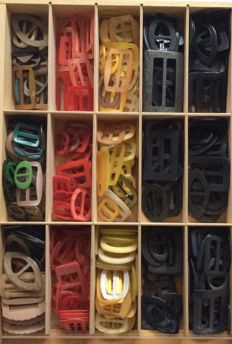 Huge collection of vintage buckles - early plastic - celluloid - plastic (350)