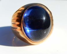 Men's vintage signet ring in 18 kt yellow gold, with cabochon blue gemstone.