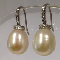 18 ct white gold pearl and diamond earrings