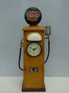 Petrol pump based on a pre war model - 40 x 13 cm including clock