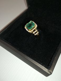 Wonderful 14 kt gold ring with emerald (1.75 ct) and diamonds (0.38 ct)