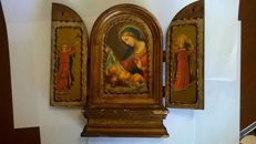 Antique Triptych altarpiece on wood of Mary and the Child in her lap with Angels. Ca. 1900 - Portugal.