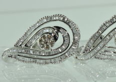 Striking 18 kt white gold earrings set with 234 diamonds for approx. 5.80 ct ***NO RESERVE PRICE***