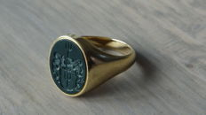 14 kt yellow gold men's signet ring with image of a Heraldic family crest - size 19.5