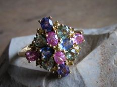 Gold Vintage ring (3.8 g) with 20x natural Rainbow Sapphire. (Approx. 2.72 ct) Size: 17