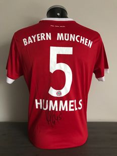 Mats Hummels signed Fc Bayern Munich home shirt 2017-2018 with photo of the moment of signing and COA