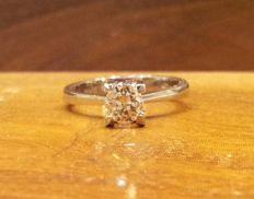 18 kt white gold solitaire ring. 0.6 ct diamond, G/P1, code: ARO 1001