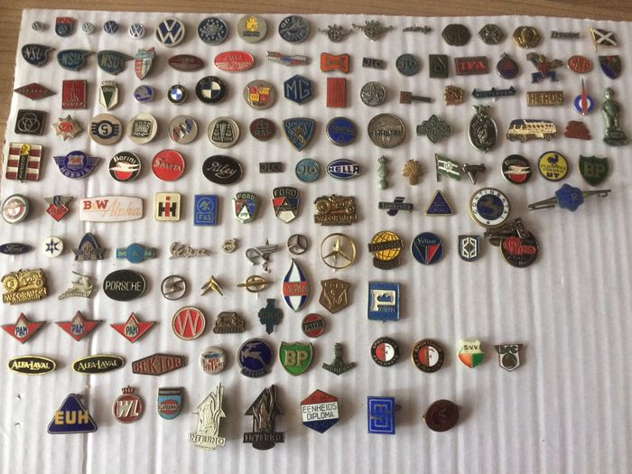 Lot with pins: car pins and soccer pins