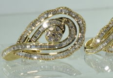 Large 18 kt gold earrings set with 238 diamonds for approx. 5.80 ct *** NO RESERVE PRICE ***