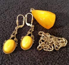 Silver set with 100% butterscotch egg yolk amber pendant and earrings, vintage from Germany