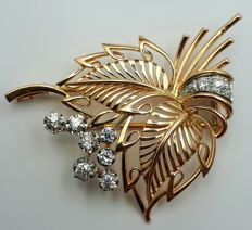 18 ct yellow & white gold  leaf brooch with natural old cut Diamonds, ca.  from 1960's