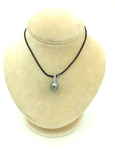 White gold pendant with 13 mm salt water Tahitian Pearl and 24 diamonds with a total weight of 0.26 ct