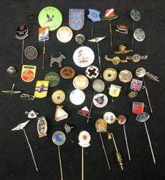 Very diverse collection of more than 90 pins, badges, awards, medals, etc. Among others, sports, first aid, aviation, etc. Mostly with enamel