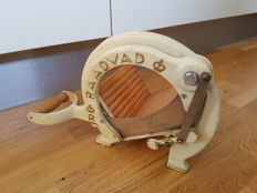 Raadvad -  Breadslicer/cutter in milk white with golden letters.