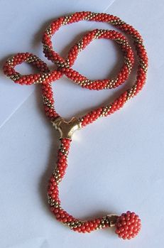 Cord style necklace made of natural coral - Accents in 18 kt yellow gold - Length: 65 cm