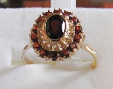 Classic 18 kt yellow gold ring with garnets -- size 20