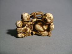 Ivory Netsuke String game between Hotei and children - Japan - 19th century