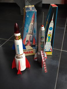 T.N. - Nomura, Japan / Lemezarugyar, Hungary - Height 37-40 cm - Plastic / tin Mars 3 Rocket and tin moon rocket with battery / friction motor, 1960s/80s