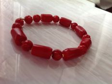 Bracelet made of red coral and yellow gold, 18 kt/750, length 21.5 cm.
