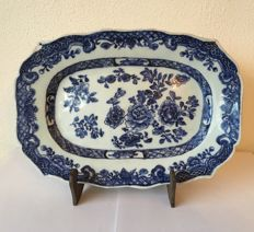 Blue-and-white porcelain dish with floral decorations - China - 18th century