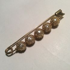 Brooch with 5 pearls decorated with .750 gold filigree, circa 1970