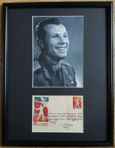 Yuri Gagarin (1934-1968) - Inscribed signed First Day Cover (1961) + Photo + Frame