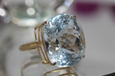 18 kt gold ring set with aquamarine 32 ct. No Reserve price