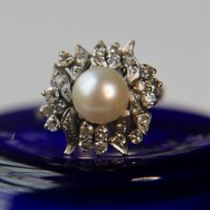 Luxury vintage 14kt. white gold ring with sea/salt water pearl of AAA quality and old cut diamonds H/VVS. Hugh quality handarbeid. Unique.