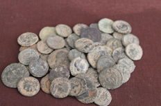 Roman Empire - Lot of 48 ancient coins. Most of them from the Roman Empire 3rd century onwards. Some from the ancient Hispania (48 x).