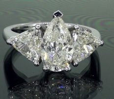 Exclusive & artisanal ring in vintage style decorated with 3 large cut diamonds of approx. 3.24 ct in total.