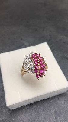 Wonderful feather ring in 18 kt gold, with diamonds and rubies totalling 1.40 ct, inner size 18