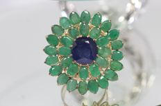18 kt gold entourage ring, set with natural blue sapphire and emeralds, size: 59 ***no reserve***